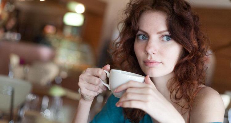 שותים קפה ומרזים